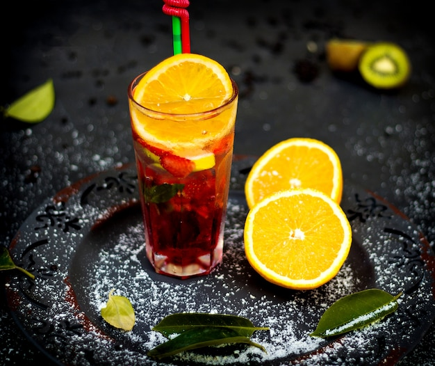 Suco de frutas com morangos e limão