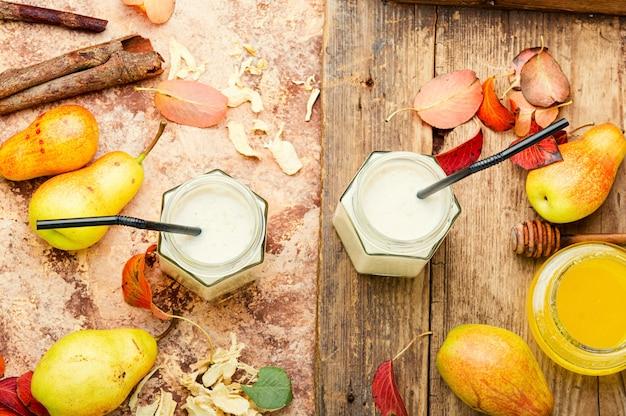Suco de frutas de outono. smoothie de pera e gengibre. suco de frutas saudáveis e ingrediente