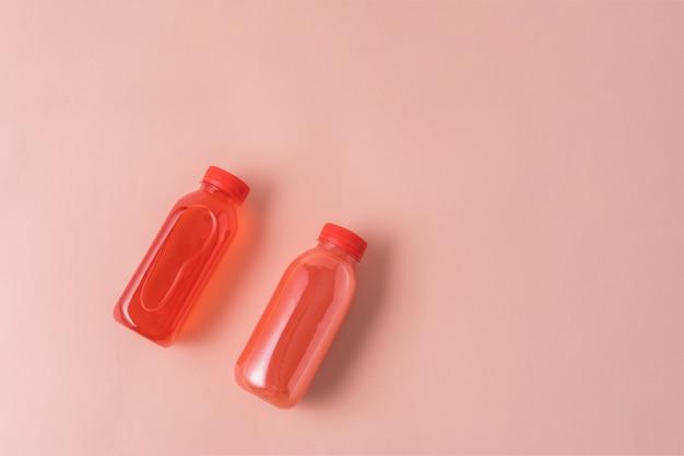 Suco de frutas em garrafas ecológicas