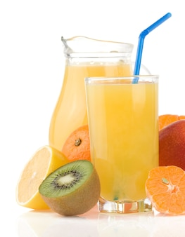 Suco de frutas frescas em vidro e fatias isoladas no fundo branco