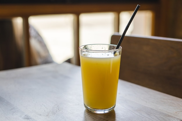 Suco de frutas frescas na mesa de madeira