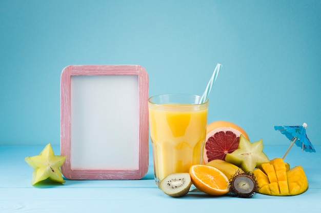 Suco de frutas tropicais com espaço para texto