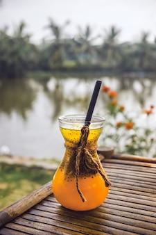 Suco de frutas tropicais: manga, maracujá, laranja.