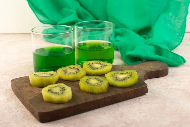 Suco de kiwi fresco com fatias de kiwi na mesa de madeira
