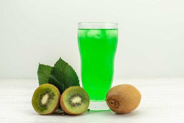 Suco de kiwi verde com kiwis frescos na superfície branca