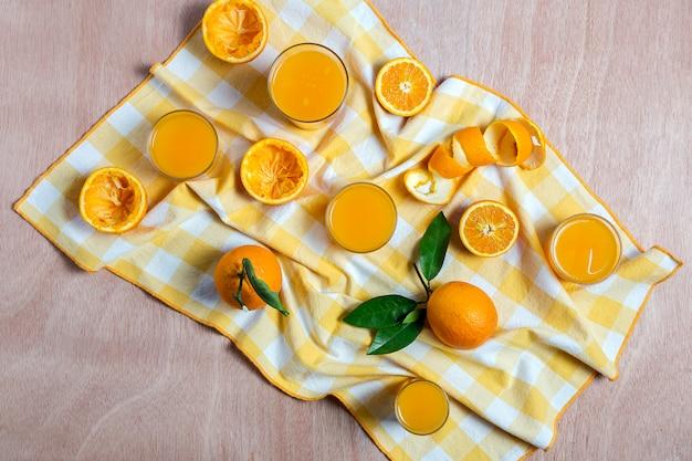 Suco de laranja caseiro de cima na mesa de madeira