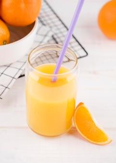 Suco de laranja caseiro de close-up com palha