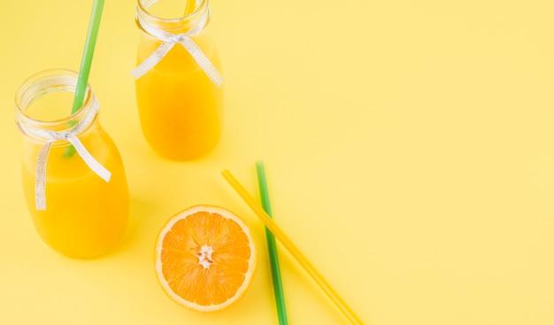 Suco de laranja caseiro fresco com canudos