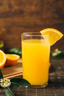 Suco de laranja colorido em vidro