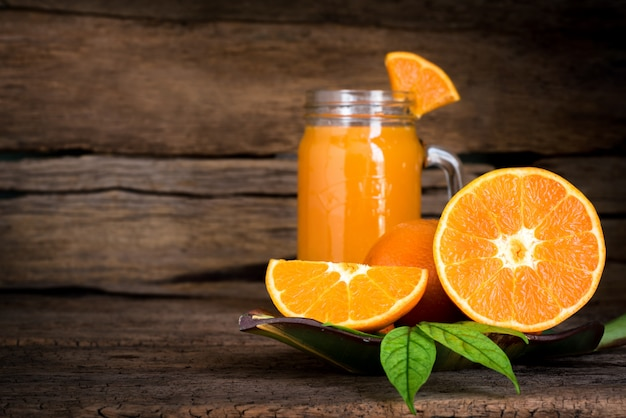 Suco de laranja com fatia de fruta na mesa de madeira vintage com cópia espaço fundo