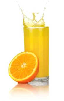 Suco de laranja com fatias de laranja no vidro isolado