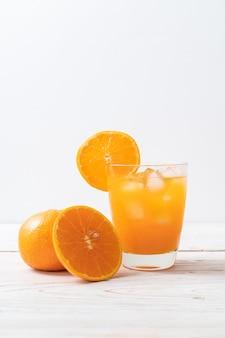 Suco de laranja com gelo