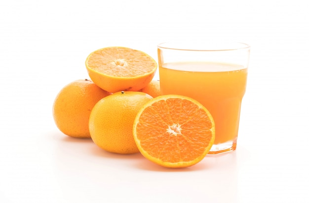 Suco de laranja com laranja isolado