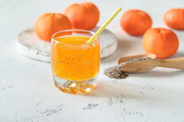 Suco de laranja com sementes de manjericão