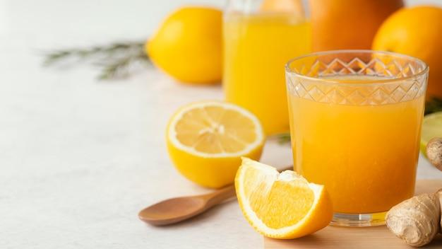 Suco de laranja delicioso em copo