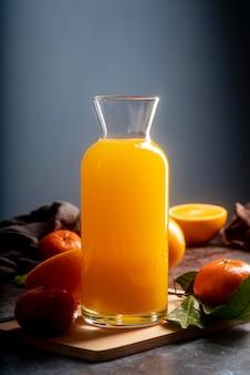Suco de laranja delicioso em garrafa