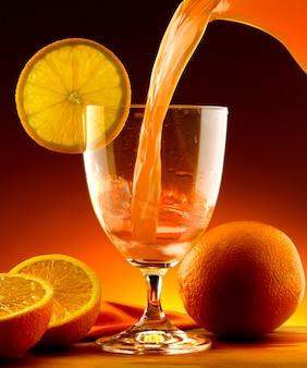 Suco de laranja derramado em um copo