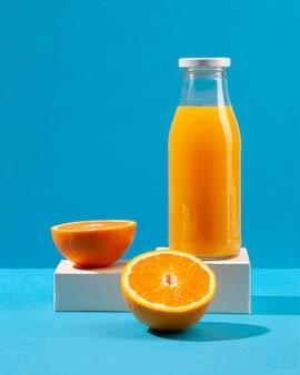 Suco de laranja e arranjo de frutas