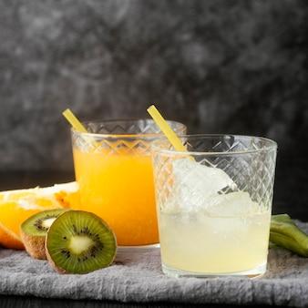 Suco de laranja e copo com gelo