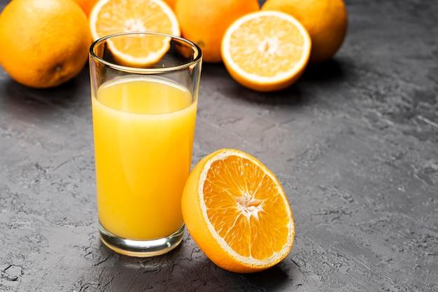 Suco de laranja e fatias cortadas laranja