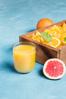 Suco de laranja e fatias de frutas frescas