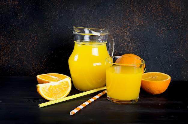 Suco de laranja e fatias de laranja
