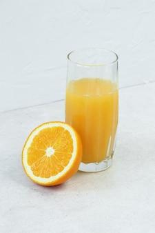 Suco de laranja e frutas cítricas