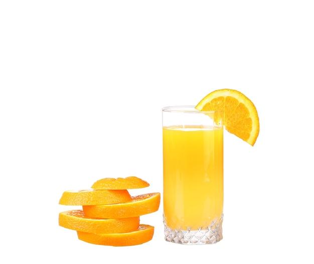 Suco de laranja e rodelas de laranja isoladas em branco