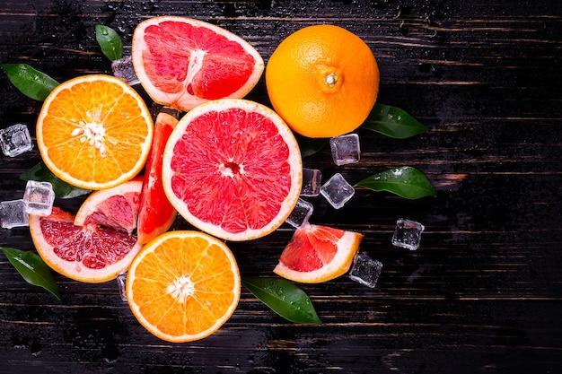 Suco de laranja e toranja em uma mesa de madeira