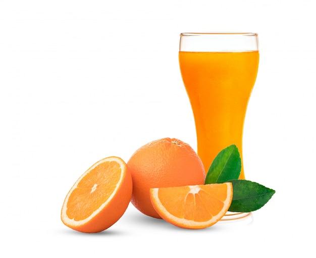 Suco de laranja em copo alto. isolado em fundo branco