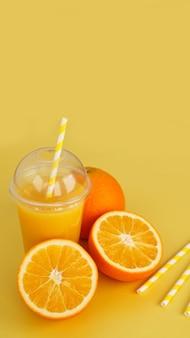 Suco de laranja em copo fechado de fast food com tubo