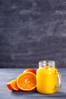 Suco de laranja em fundo de concreto
