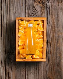 Suco de laranja em fundo de madeira