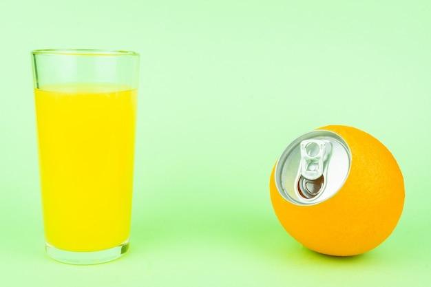 Suco de laranja em fundo verde