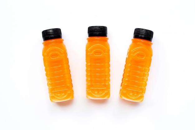 Suco de laranja em garrafas de plástico branco