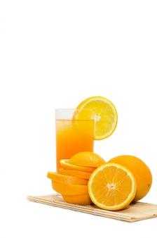 Suco de laranja em um copo com gelo isolado no branco