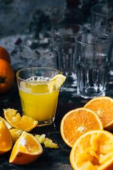 Suco de laranja em uma jarra de vidro