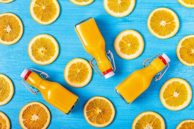 Suco de laranja em uma superfície azul