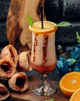 Suco de laranja em vidro decorado com fatia de laranja