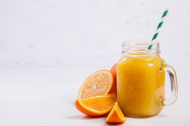 Suco de laranja fresca. verão refrescante bebida.