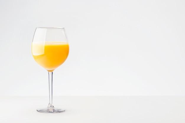 Suco de laranja fresco com frutas com lugar para texto.
