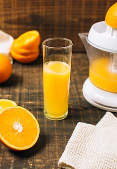 Suco de laranja fresco de alto ângulo feito com espremedor manual