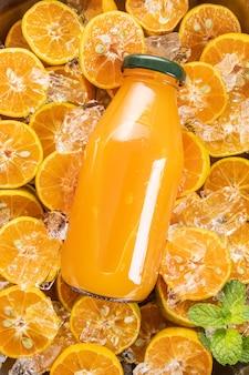 Suco de laranja fresco em frasco de vidro com frutas frescas, hortelã. foco seletivo.