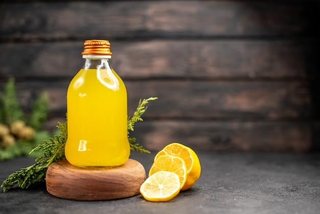 Suco de laranja fresco em garrafa na placa de madeira
