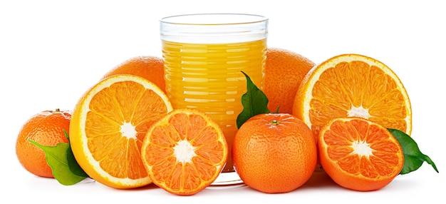 Suco de laranja fresco em vidro isolado no branco