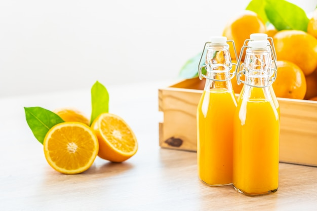 Suco de laranja fresco para beber no copo de garrafa