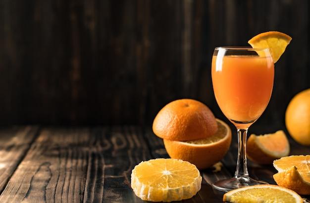 Suco de laranja mandarina em madeira, copie o espaço