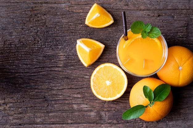 Suco de laranja na mesa de madeira, vista da mesa acima.