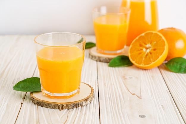 Suco de laranja na mesa de madeira