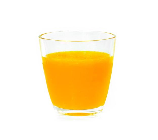 Suco de laranja na superfície branca.